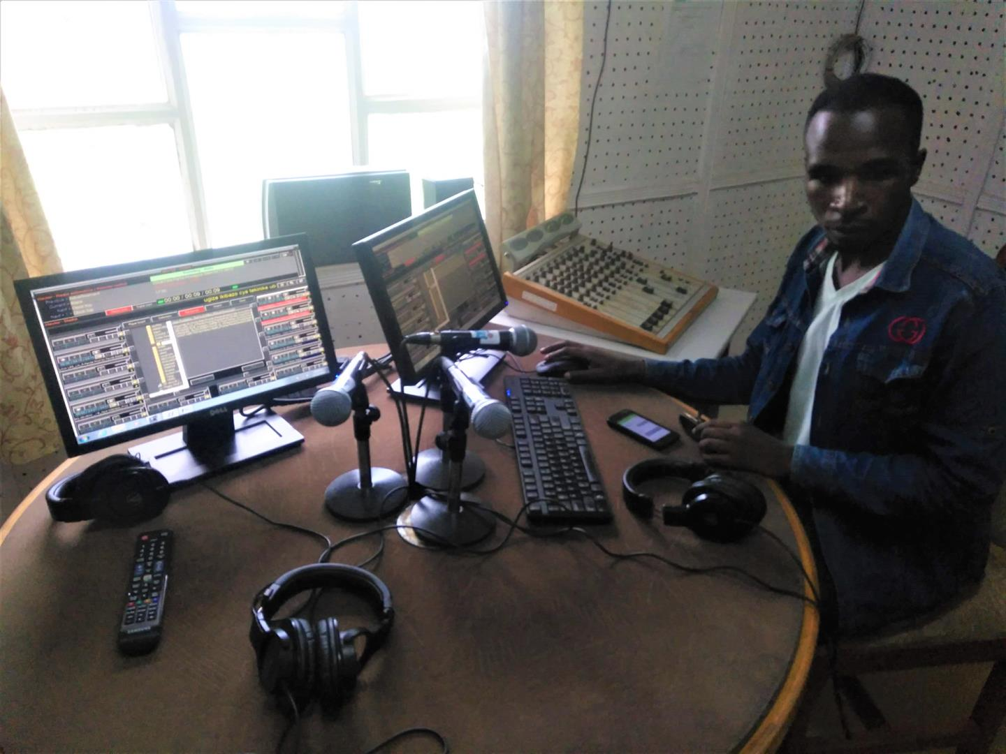 Journaliststudent ved University of Rwanda i studentradioen Radio Salus.